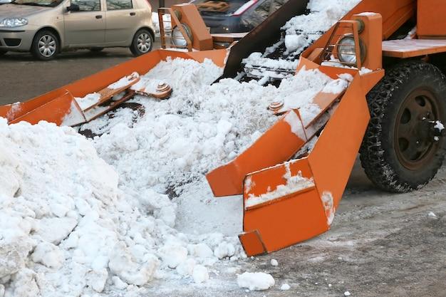 Reinigung von straßen von schnee spezialfahrzeug
