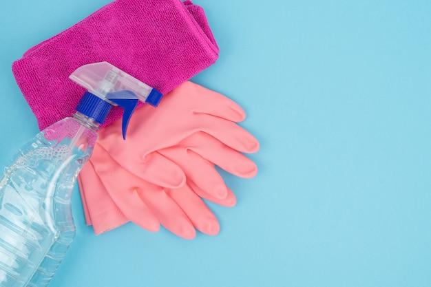 Reinigungs- und desinfektionswerkzeuge auf blauem grund. covid-19-konzept. speicherplatz kopieren.