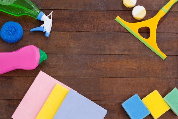 Reinigungsausrüstungen vereinbart auf bretterbodenhintergrund