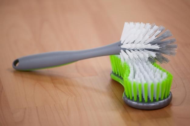 Reinigungsbürste auf bretterboden
