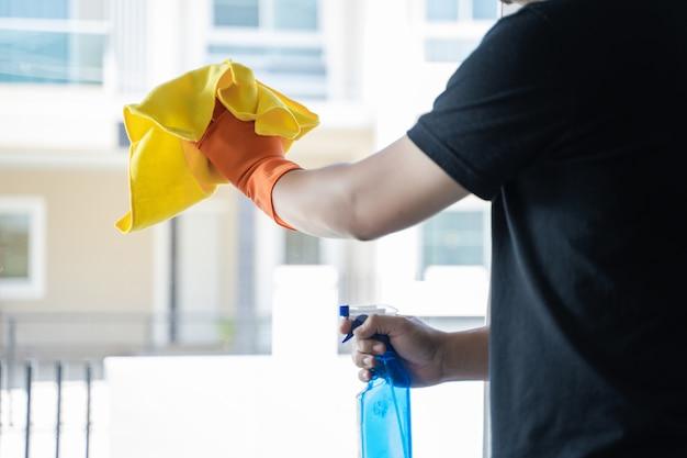 Reinigungsfirma-konzeptmann, der das windows säubert