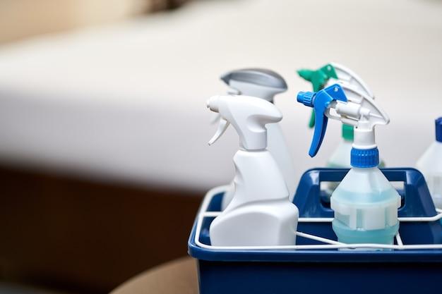 Reinigungsflaschen für verschiedene oberflächen im raum