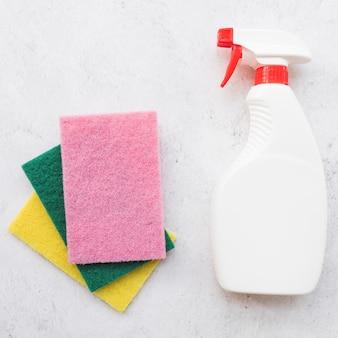 Reinigungskonzept mit plastikflasche