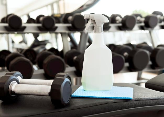 Reinigungslösung mit gewichten im fitnessstudio