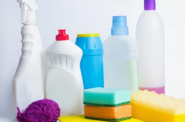 Reinigungsmittel auf einem lokalisierten weißen hintergrund, haushaltung