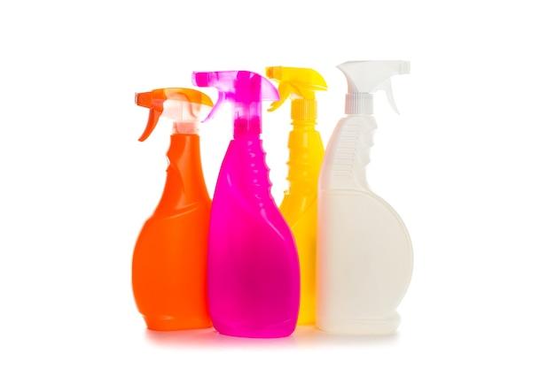 Reinigungsmittel-plastikbehälter für haus sauber auf weißem hintergrund