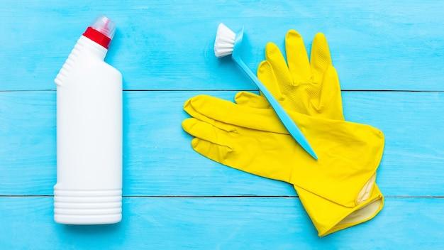 Reinigungsmittel und eine bürste mit gummihandschuhen