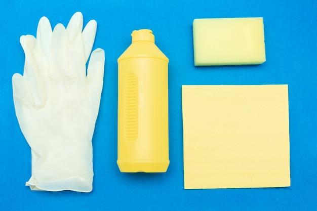 Reinigungsmittel und reinigungszubehör für desinfektion und sanitäre behandlung auf blauem hintergrund