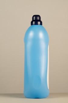Reinigungsmittelverpackungen aus kunststoff auf neutralem grauem hintergrund