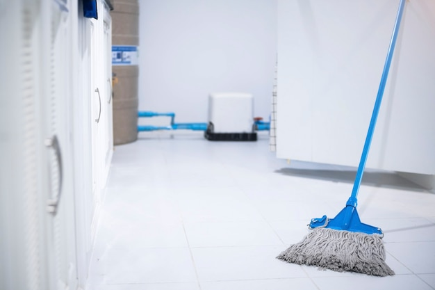Reinigungspersonal der asiatischen manninspektion in der küche, badezimmer verschwommen