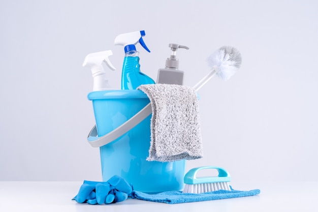Reinigungsprodukt-werkzeugausrüstungen, konzept der hauswirtschaft, professioneller reinigungsservice, hausarbeits-kit-versorgung, kopierraum, nahaufnahme.
