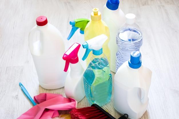 Reinigungsprodukte auf weißem boden