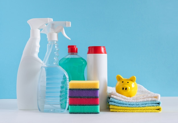 Reinigungsprodukte für verschiedene oberflächen in küche, bad und anderen bereichen. konzept der reinigungsdienste. platz kopieren
