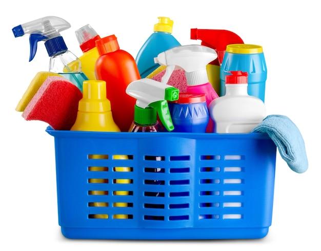 Reinigungsprodukte und verbrauchsmaterialien im korb - isoliert