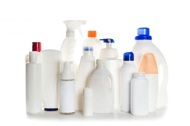 Reinigungsproduktplastikbehälter für das haus sauber auf weißem hintergrund
