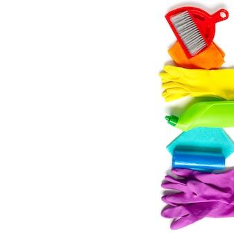 Reinigungsproduktsatz regenbogenfarben lokalisiert auf weiß.
