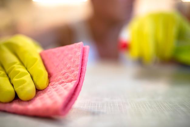 Reinigungsschreibtisch in der küche. ooh, ich habe einen platz verpasst!