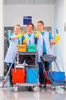 Reinigungsservice bei der arbeit