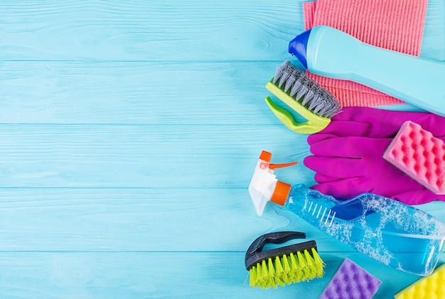 Reinigungsservice-konzept. buntes reinigungsset für verschiedene oberflächen in küche, bad und anderen räumen. draufsicht für hintergrund