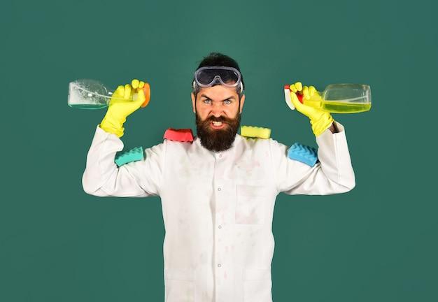 Reinigungsservice. mann mit reinigungsmitteln. reinigungswerkzeuge. verärgerter mann mit schwämmen. werbung. desinfektion.