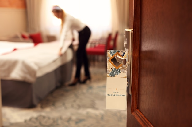 Reinigungsservice-schild im hotelzimmer