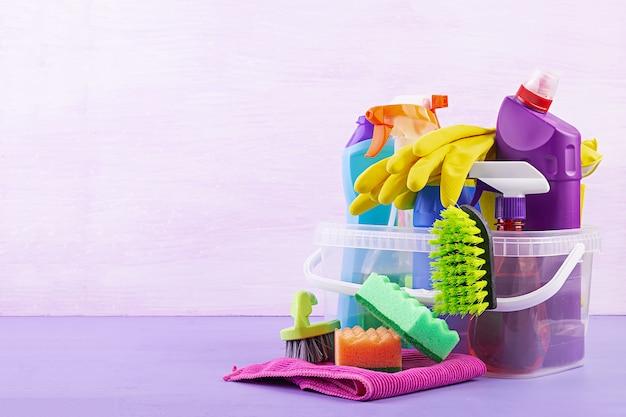 Reinigungsservicekonzept. buntes reinigungsset für verschiedene oberflächen in küche, bad und anderen räumen.