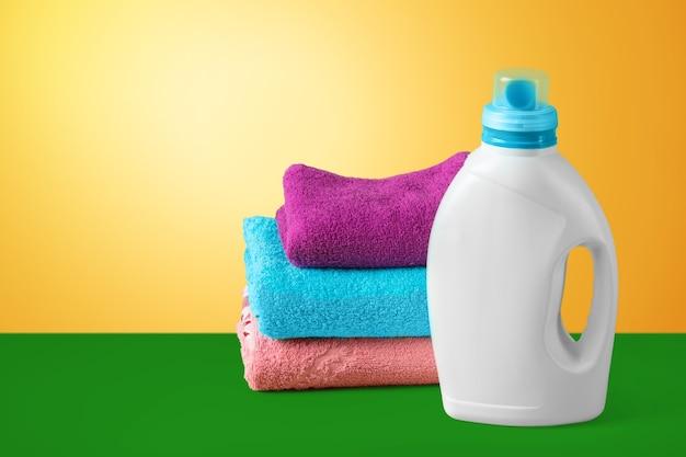 Reinigungsset mit handtüchern und plastikflaschen