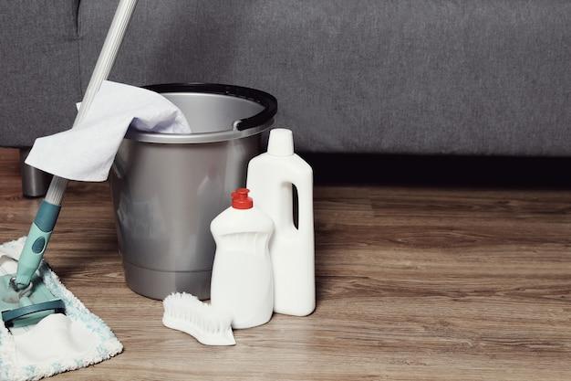 Reinigungswerkzeug auf dem holzboden