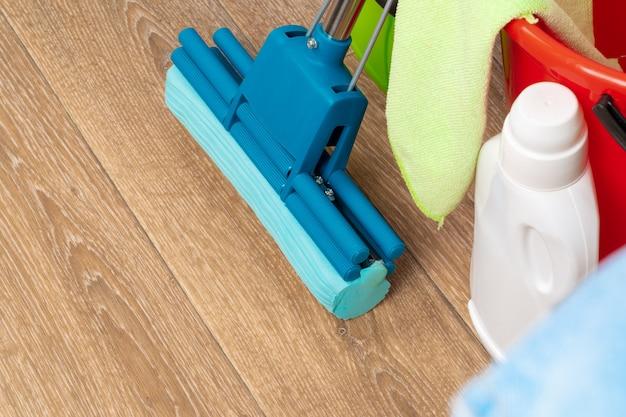 Reinigungswerkzeuge für die hausreinigung auf bretterboden