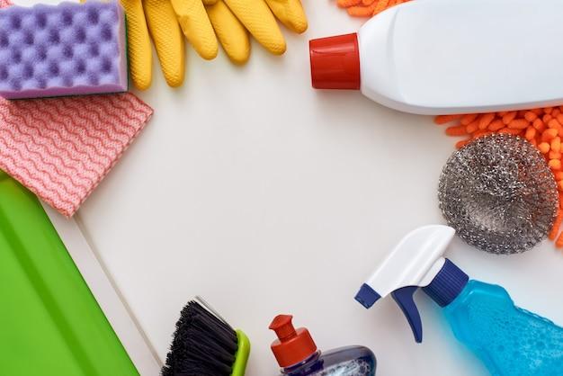 Reinigungswerkzeuge. kreis aus sprühflasche und anderen gegenständen, die unten im bild isoliert sind