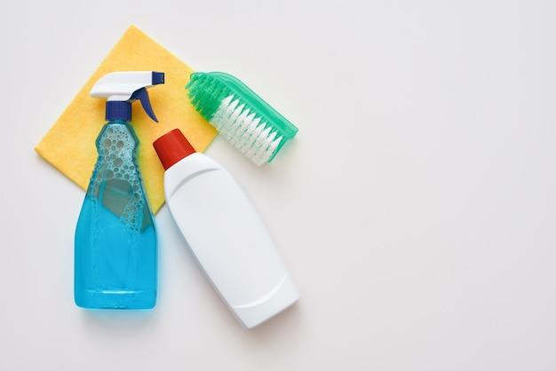 Reinigungswerkzeuge sprühflasche und orangefarbenes reinigungstuch und bürste isoliert