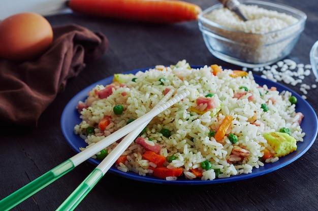 Reis 3 köstlichkeiten in bambusfaserschale mit harzstangen