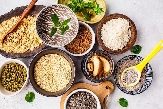 Reis, chiasamen, nüsse, haferflocken, buchweizen, quinoa, mungobohnen und gemüse