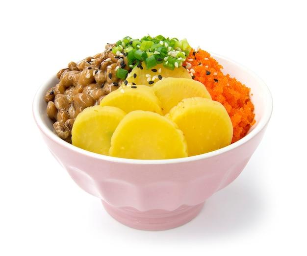 Reis don mit natto tobiko ei und eingelegtem rettich in sojasauce