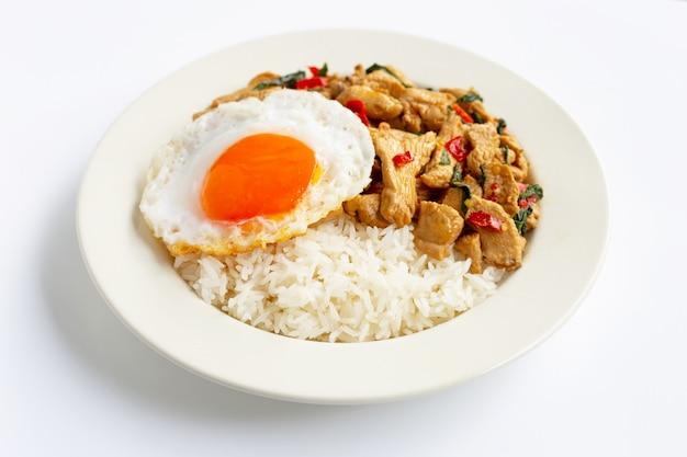 Reis garniert mit brathähnchen und basilikum, spiegelei