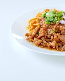 Reis gemischt mit garnelenpaste