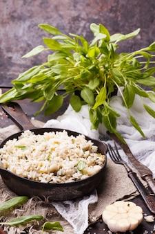Reis in der pfanne mit spinat und knoblauch