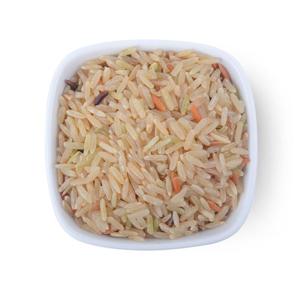 Reis in der schüssel, lokalisiert auf weiß