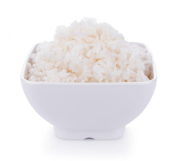 Reis in einer schüssel auf einem weißen hintergrund