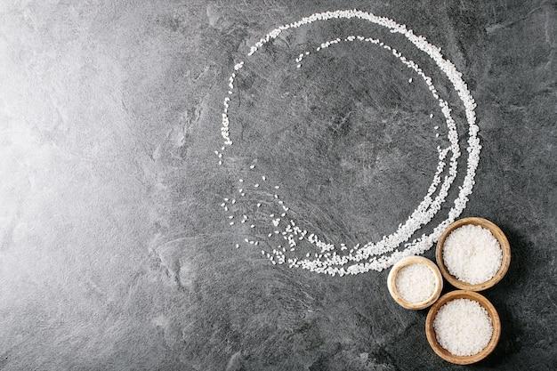 Reis in holz- und keramikschalen