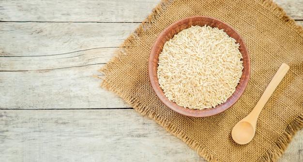 Reis in teralke auf dem tisch. selektiver fokus
