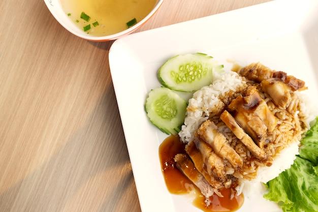 Reis knuspriges schweinefleisch mit suppe in warmen ton