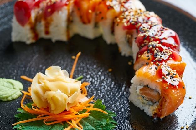 Reis maki sushi mit lachs und thunfisch