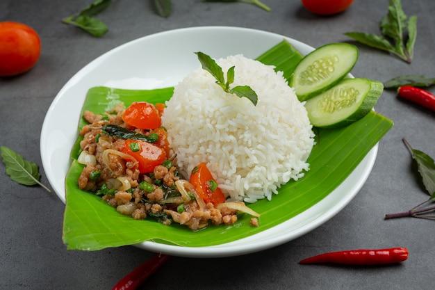 Reis mit basilikum und gehacktem schweinefleisch.