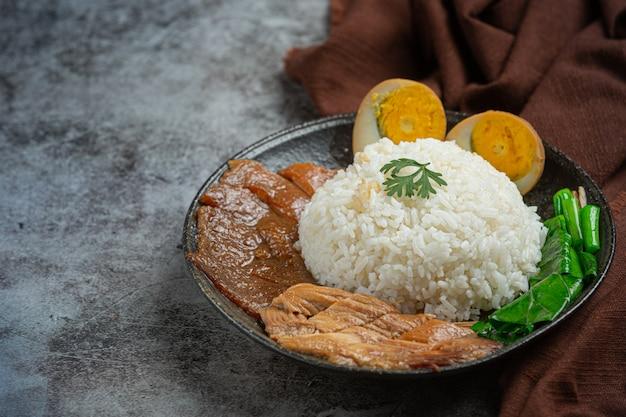 Reis mit chinesischem schweinefleisch geschmortes schweinefleisch schöne beilagen, thailändisches essen.