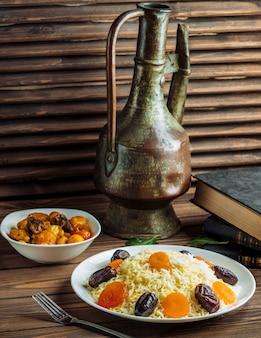 Reis mit datteln, nüssen und trockenfrüchten garnieren