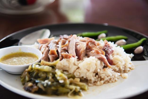Reis mit dem schweinefleischbein - berühmtes traditionelles thailändisches rezept
