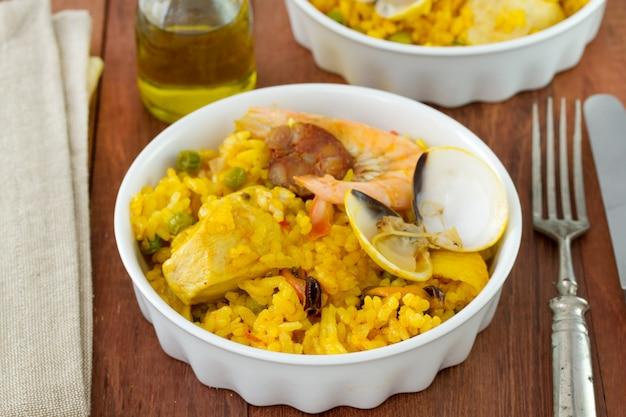 Reis mit fleisch und meeresfrüchten