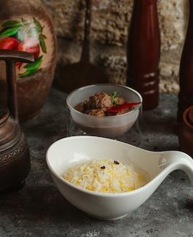 Reis mit fleischbällchen und gewürzen garnieren.