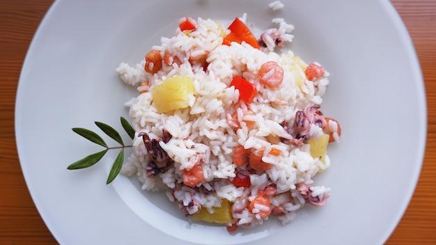 Reis mit garnelen und ananas, thailändisches oder chinesisches essen auf weißem teller